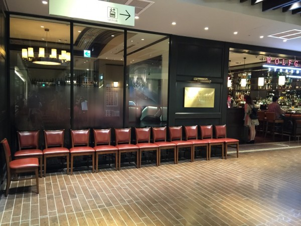 ウルフギャング 大阪 ルクアイーレ 魔法のレストラン テレビで紹介 行列 NY肉料理 2人前16000円 混雑