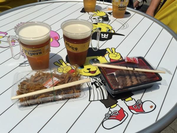 甲子園ビアフェスタ 阪神タイガース ビアガーデン 海外ビール B1グルメ フードメニュー イベント ステージ 吉本芸人 ミズノスクエア 混雑 値段 ビアジョッキホルダー 先着 売り切れ 行ってきました チケット売り場 入場券 イオン