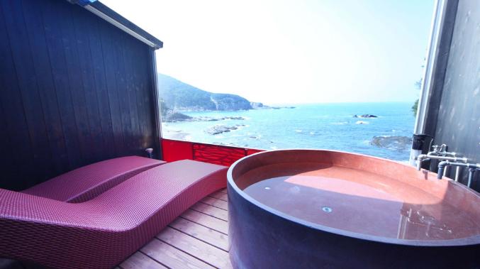 XYZ プライベートスパ&シーサイドリゾート 南紀白浜 ボタン1つ 展望露天風呂 電動開閉式 温泉リビング