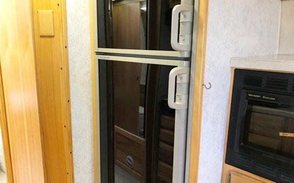 グランピング グランキャンピングパームガーデン舞洲 エアストリーム キャンピングトレーラー 室内 設備 冷蔵庫