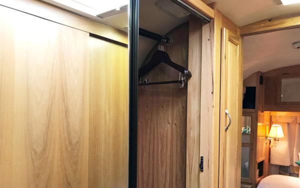 グランピング グランキャンピングパームガーデン舞洲 エアストリーム キャンピングトレーラー 室内 クローゼット