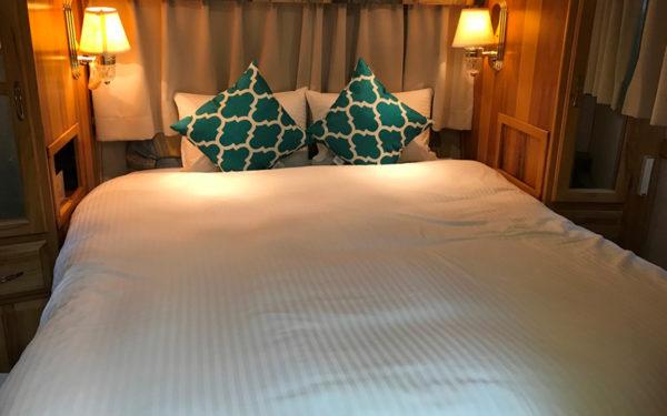 グランピング グランキャンピングパームガーデン舞洲 大阪市内初 エアストリーム キャンピングトレーラー 寝室 ベッド