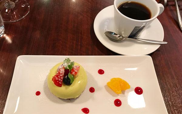 デザート チョコレートとピスタチオのムース 赤い果実のソース