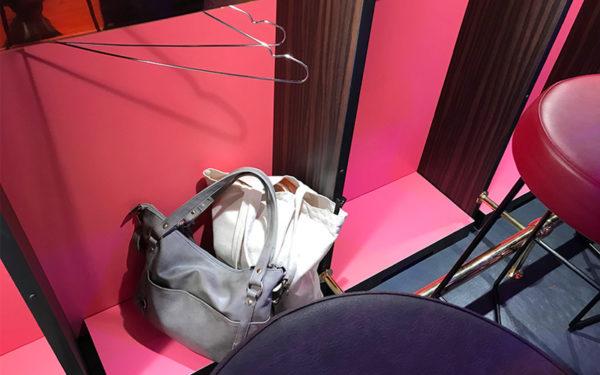 幸福飯店 カウンター席 荷物置き場
