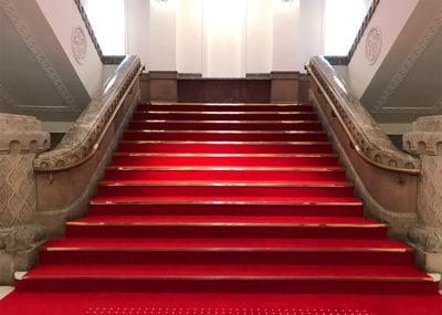ミライザ大阪城 階段 絨毯 レッドカーペット クロスフィールドwithテラスラウンジ