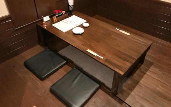 貴月 店内 テーブル席