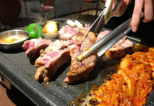 宝塚 韓国料理 ハルバン 生サムギョプサル お肉 カット