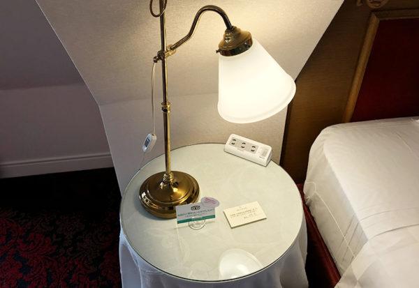 神戸北野ホテル デラックスダブル 客室 キングサイズ ベッド 電源タップ 充電 スマートフォン