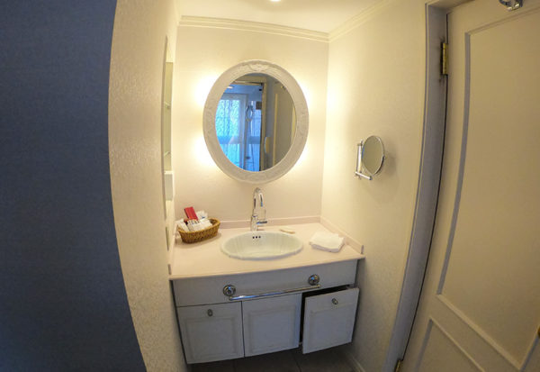 神戸北野ホテル デラックスダブル 客室 洗面台 全貌
